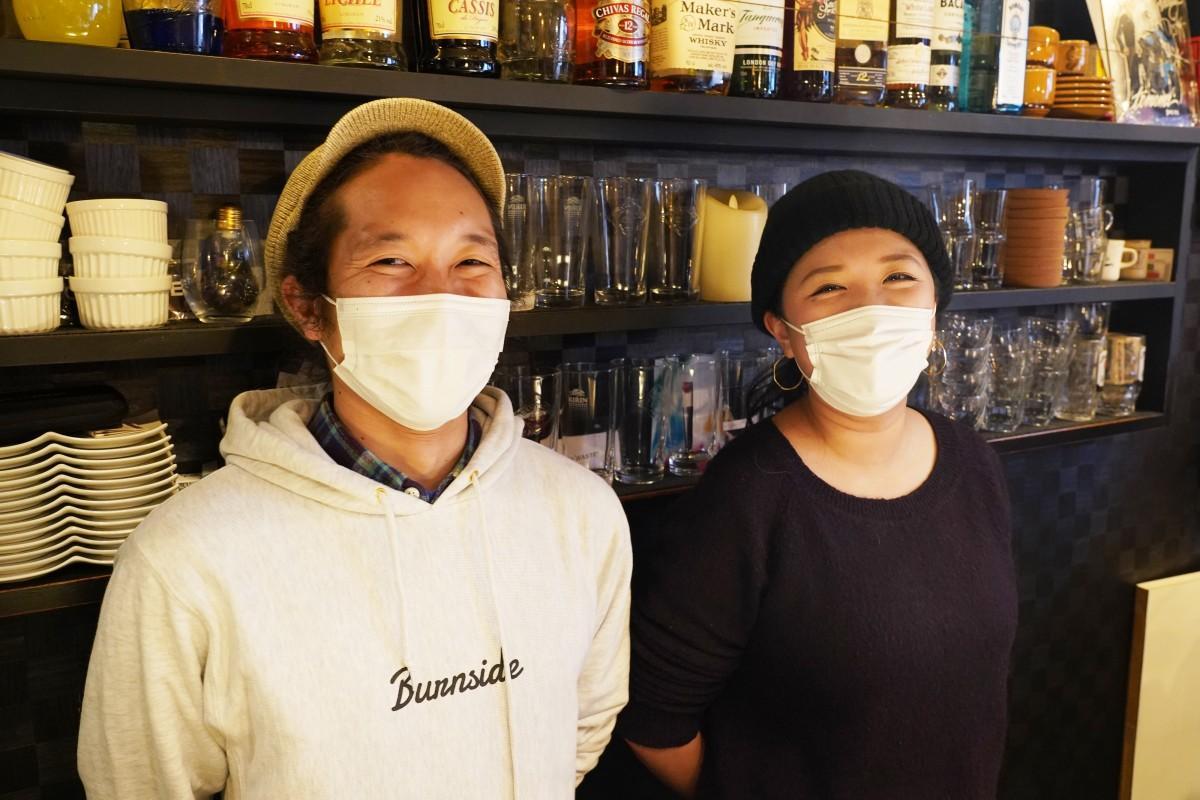「Bar DAIGO」で営業する「ラモスカレー」のRyoさんとFumiさん(左から)
