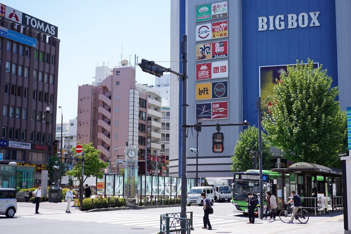 新型コロナウイルス感染症拡大の影響で、人出が少なくなっている高田馬場駅前の様子