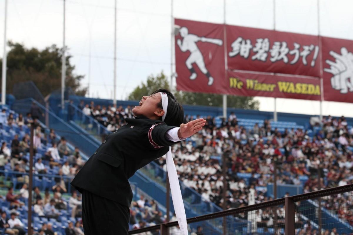早大応援部時代にリーダーとして早大野球部の応援をする木暮美季さん(提供:木暮美季さん)