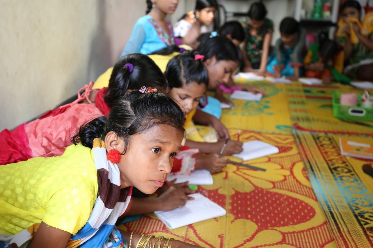 シャプラニールが運営する支援センターで読み書きを学ぶ家事使用人の少女たち(提供:シャプラニール)