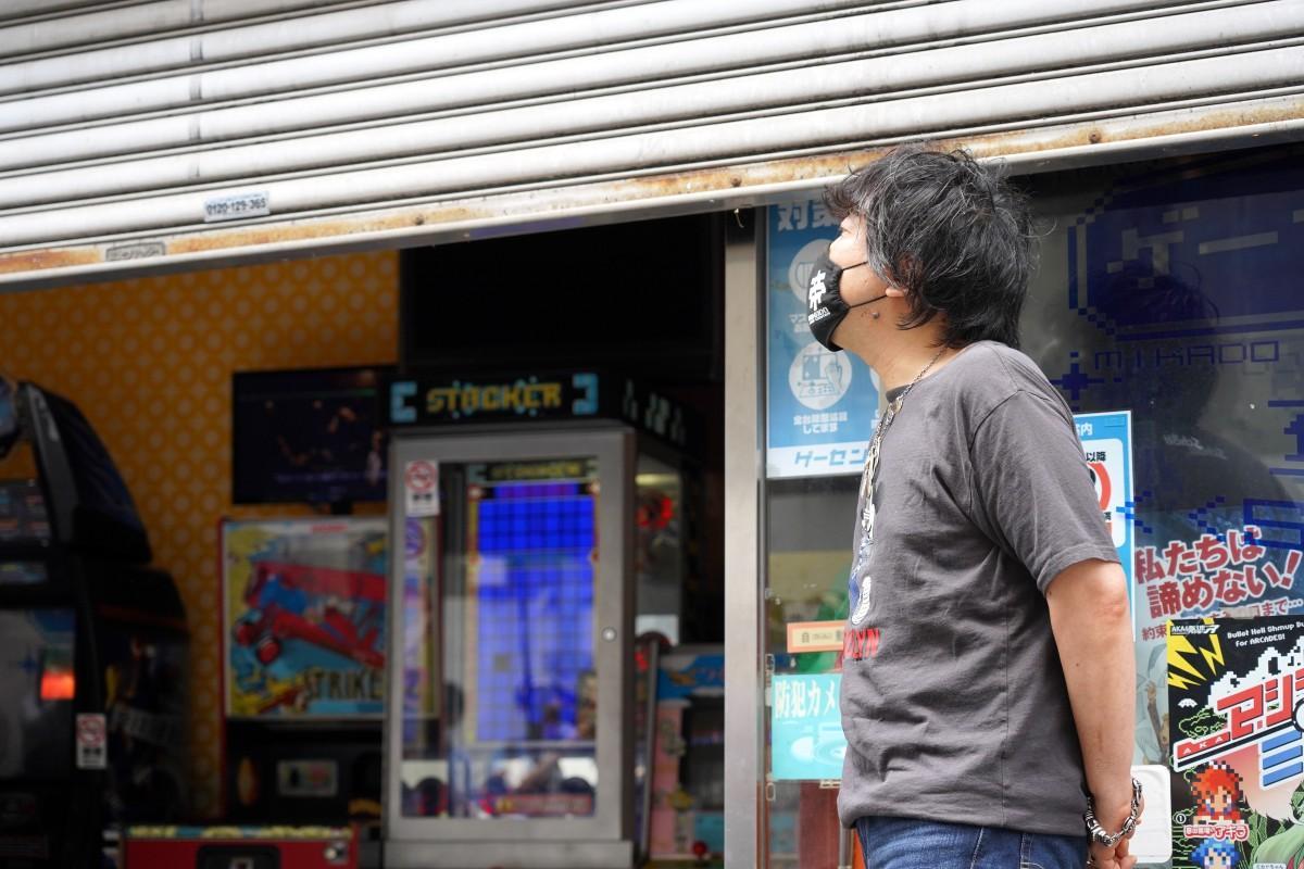 66日ぶりにシャッターが上がる様子を見守る「高田馬場ゲーセンミカド」の池田稔社長