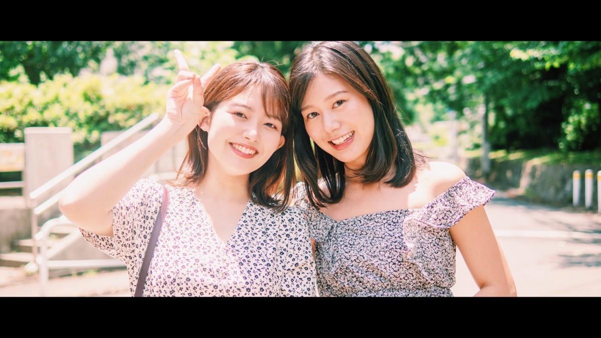 「そして紺碧の空へ」主演女優の「Waseda Collection2020」モデル三島唯さんと足立夏保さん(左から)