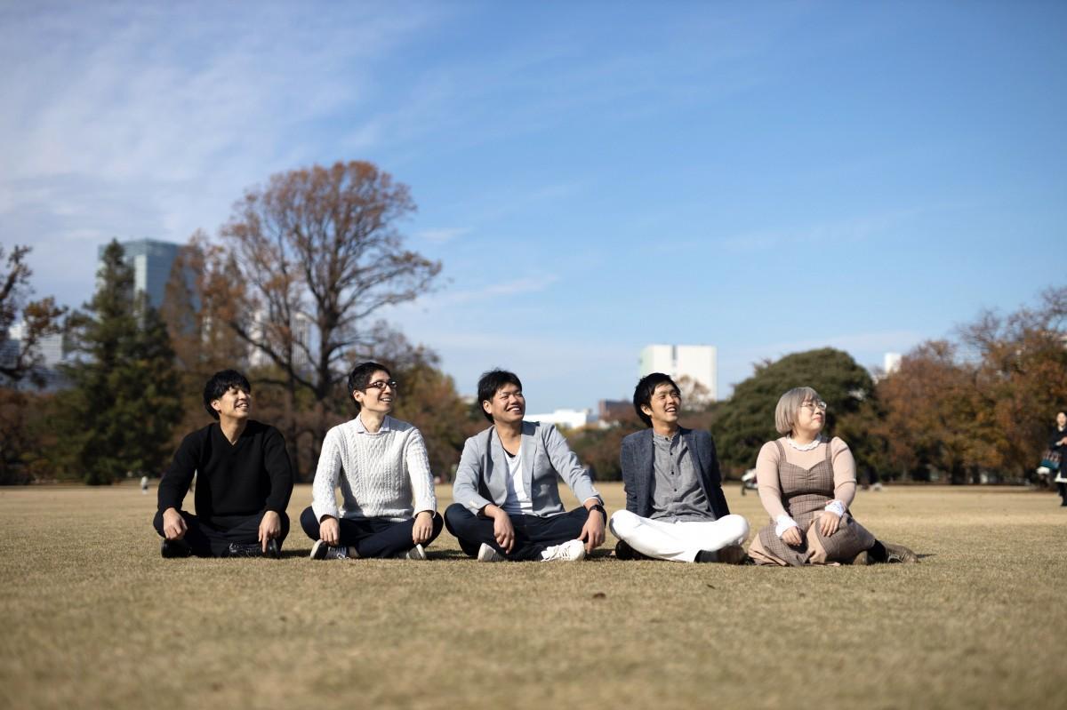 高田馬場のベンチャー企業「FromTo」の今村真人さん、辻将幸さん、社長の宮城浩さん、角田尭史さん、松本良子さん(左から)