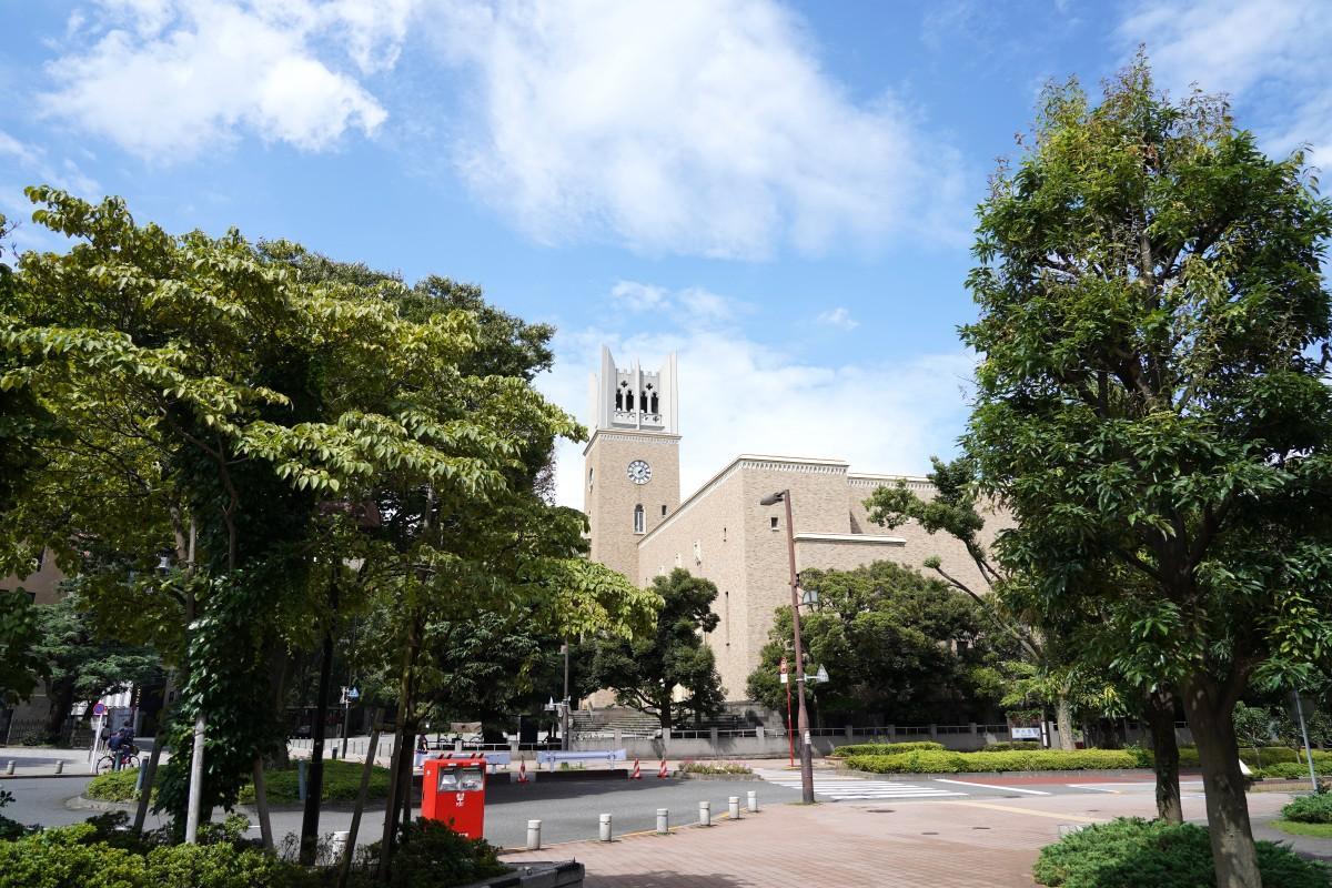 夏休みを迎えた早稲田大学の大隈記念講堂の様子