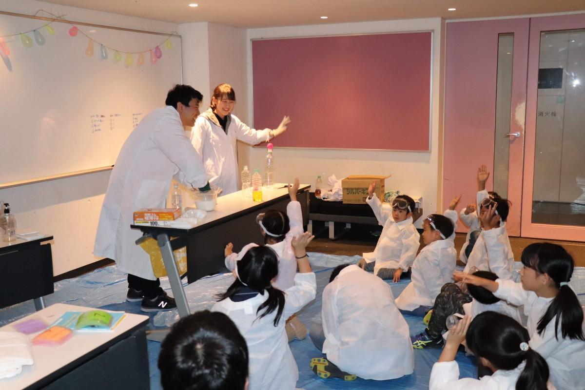 昨年、早大西早稲田キャンパスで開催された「第66回理工展」の子ども向け実験の様子(提供:理工展連絡会)