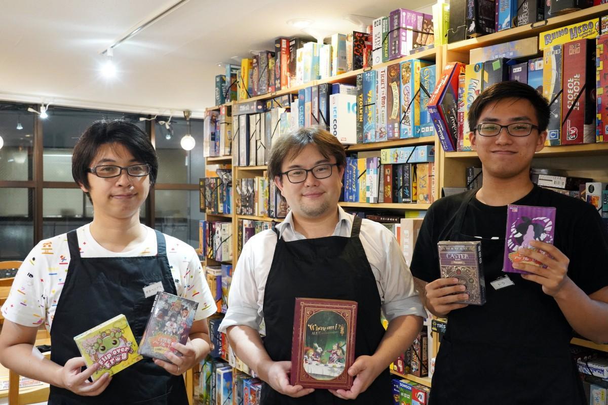 西早稲田のボードゲームカフェ「GOTTA2 CAFE」の岡部拓也さん、代表の柳川一隆さん、菅野(すげの)海斗さん(撮影のために一時的にマスクを外している)