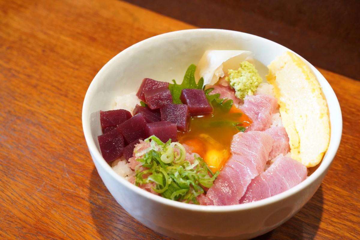 早大近くの海鮮丼専門店「まぐろや 歳三郎」の「まぐろ極み丼」(950円)