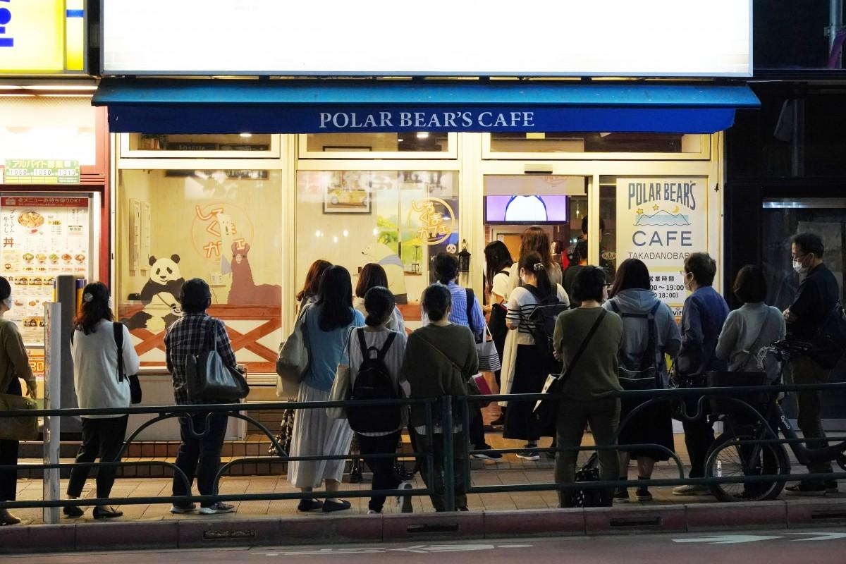 「しろくまカフェ高田馬場店」の最終営業日に行われたセレモニーイベントに入店する参加者