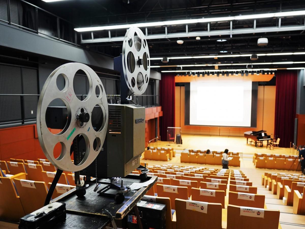 「エンパクシネマ2020」 16ミリのフィルム映写機と場内