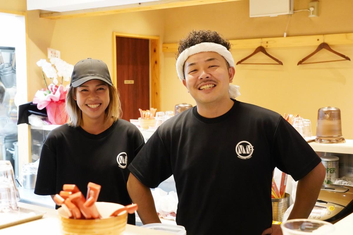 営業を再開した「麺匠いし井」のあやのさんと店主の荒川真さん(左から)