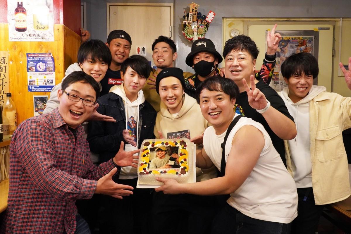 1周年に駆け付けた常連客の皆さんと店主の清武大貴さん(手前右)、副店長の上野雄平さん(最後列左)
