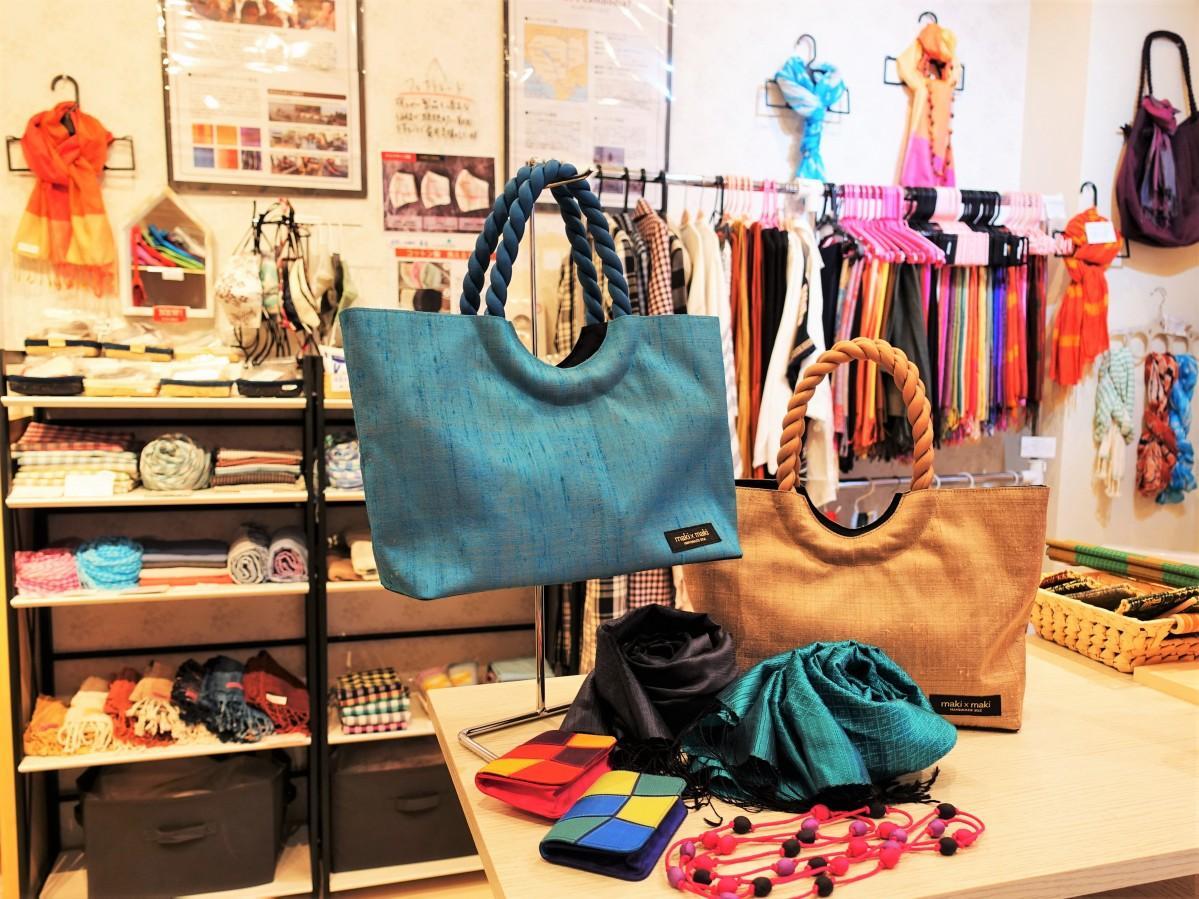 「ハンドメイドシルクショップ『maki×maki(マキマキ)』」の店内とリターン商品となるシルクのバッグ・ネックレス・カードケースなど