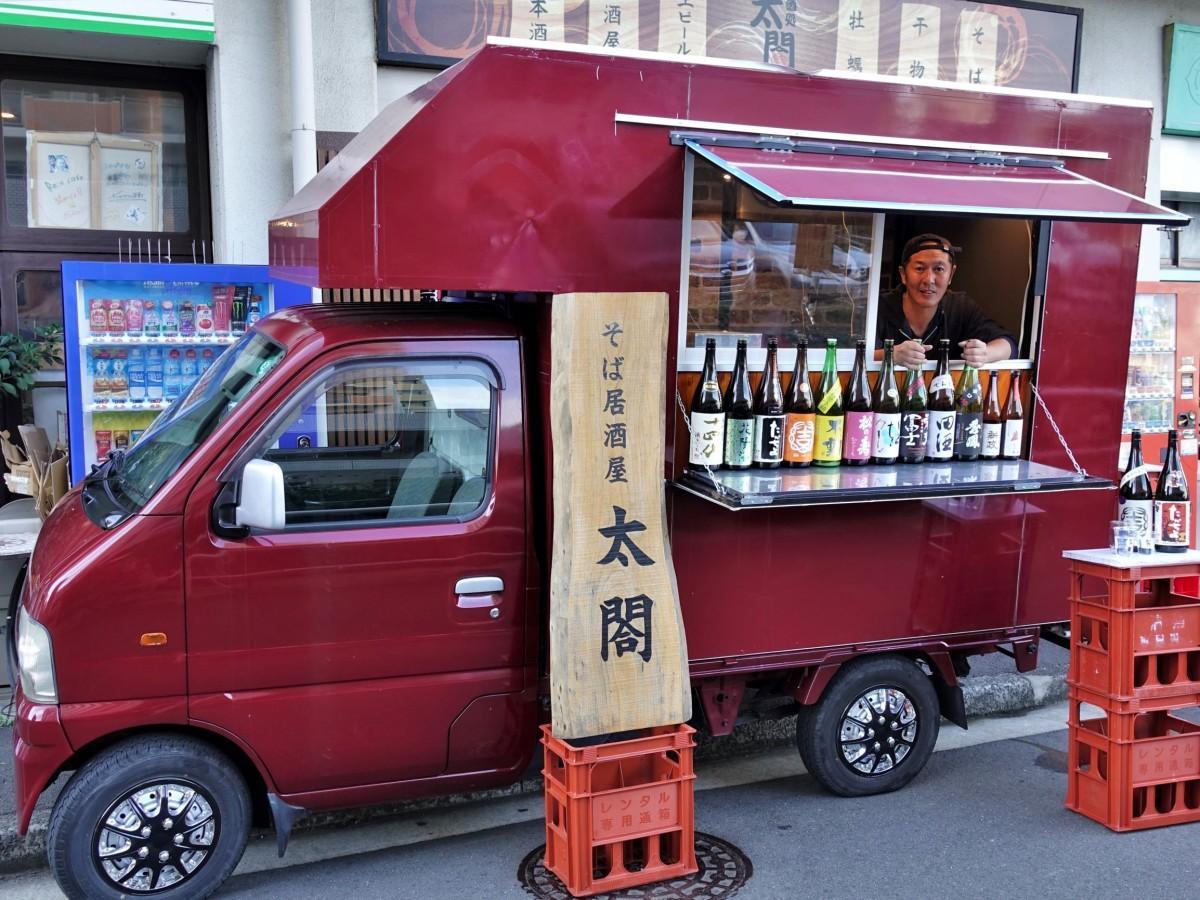 「そば居酒屋 太閤」の店主、國井勇司さんと、手作りした「日本酒が飲めるキッチンカー」