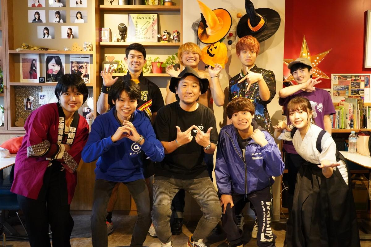 「Whistle CAFE」とのコラボレーションメニューを提供するサークルの皆さんとオーナーの吉田和生さん(前列中央、撮影のためマスクを外している)