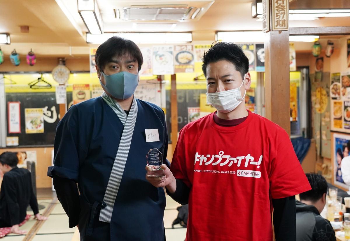 「店の存続のために頑張らねば」と話す「居酒屋わっしょい」の鴨井さんと今村さん(左から)