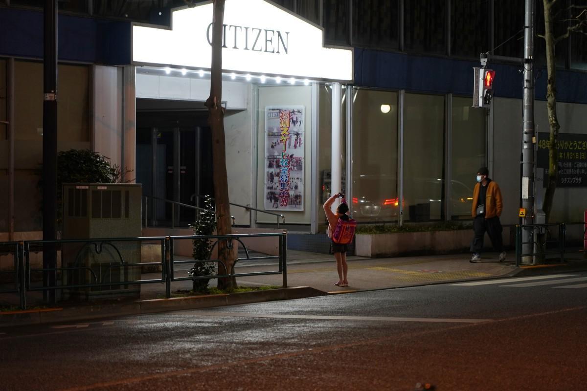 「シチズンプラザ」の営業終了後には、記念に建物を撮影する生徒の姿も