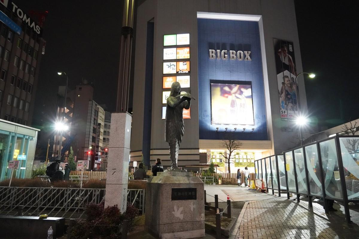 照明により明るくなった高田馬場駅前ロータリー広場の様子