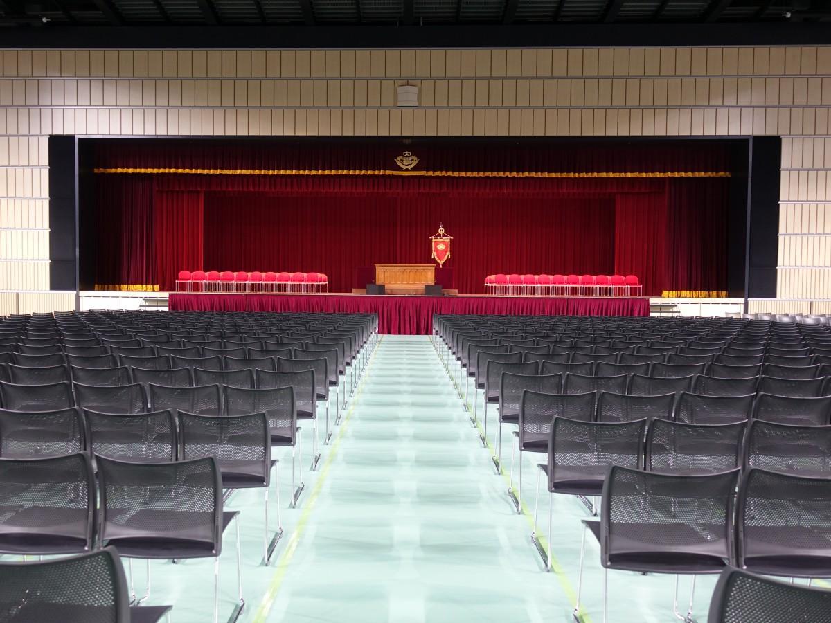 初めて早稲田アリーナで実施した2019(平成31)年の卒業式の準備が完了した様子