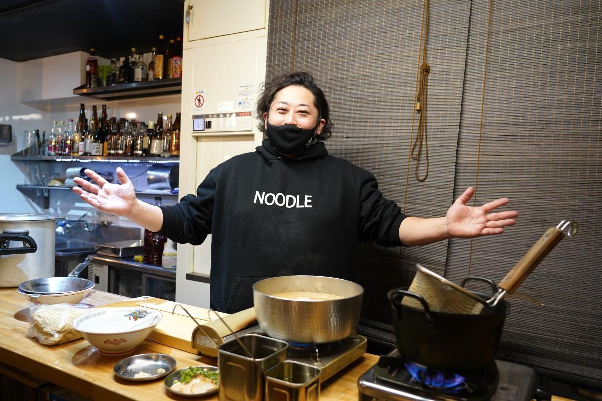 高田馬場の博多ラーメン「でぶちゃん」店主の甲斐康太さんと「ラーメン屋さんごっこ」で使用する道具など