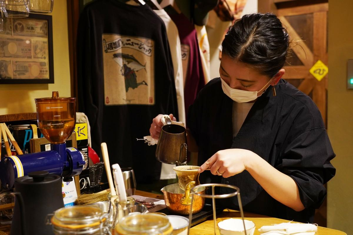 カレーとコーヒーの店「ハタエカリー×浦野珈琲」でコーヒーをいれる浦野枝美さん