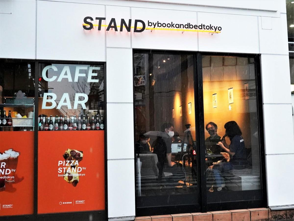 JR高田馬場駅「STAND by bookandbedtokyo」での「DojoCast」ライブ配信の様子(早稲田通りから望む)
