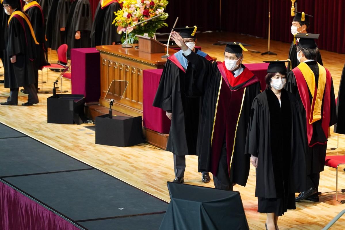 卒業生に手を振りエールを送る早稲田大学の田中愛治総長