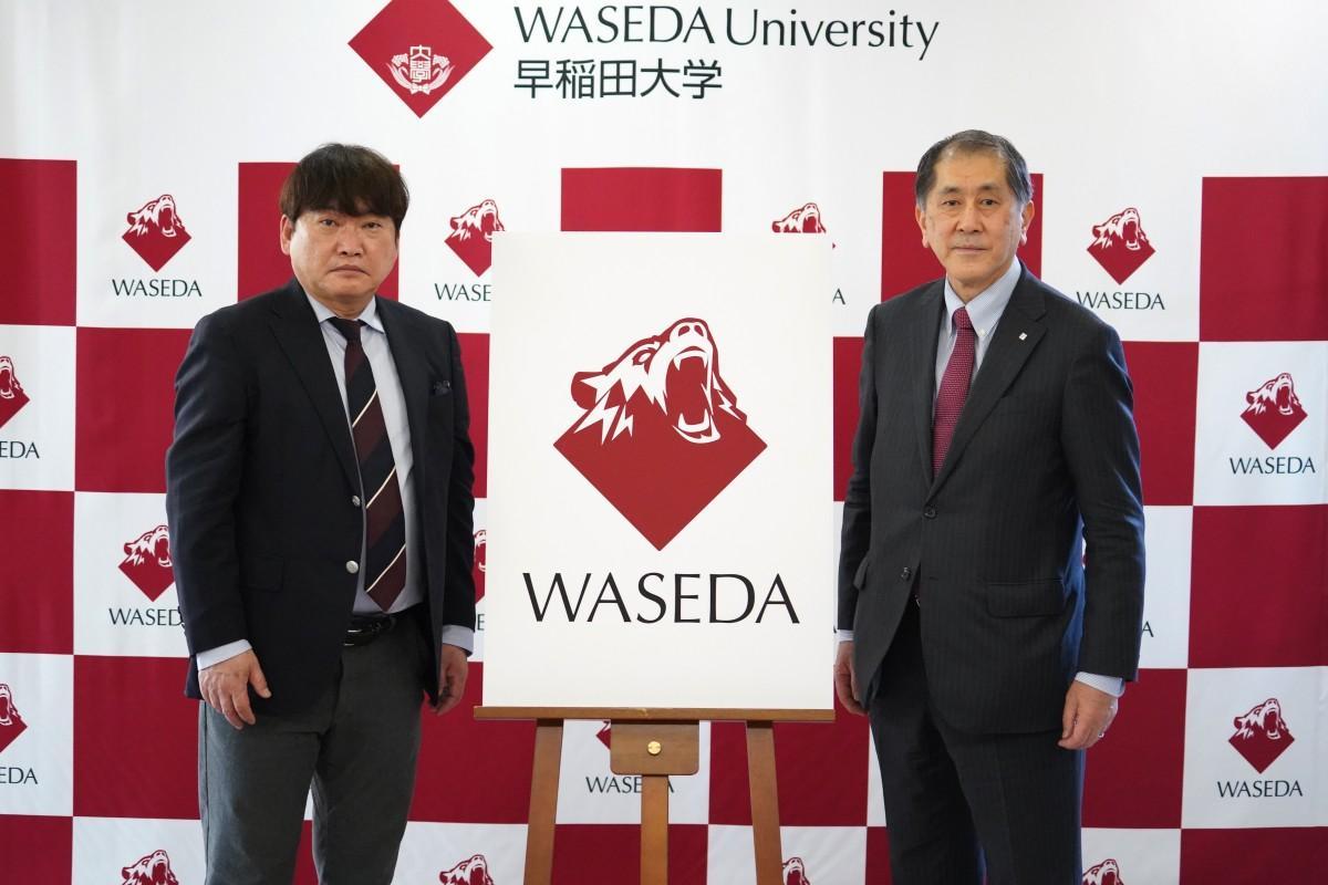 発表された新ロゴと早稲田大学の田中愛治総長(右)、競技スポーツセンターの石井昌幸所長(左)