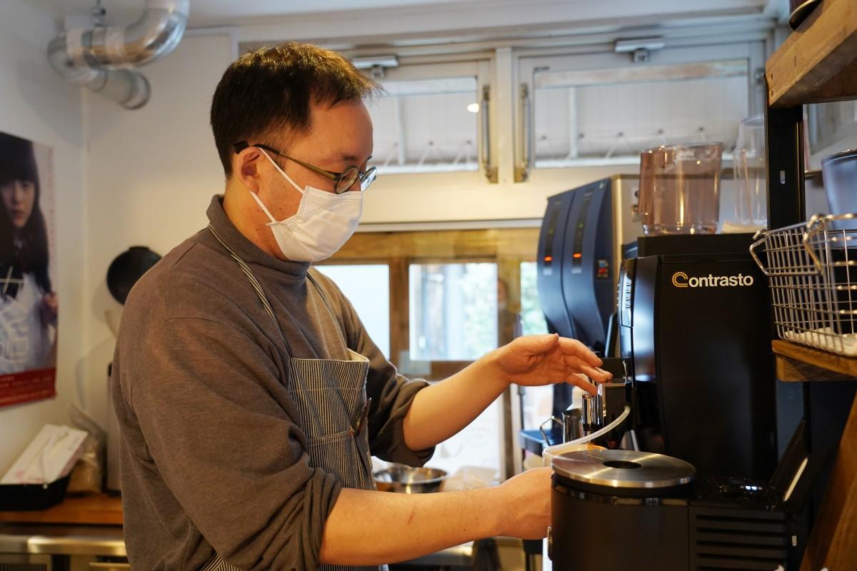 早大近くの自家焙煎コーヒー専門店「こはぜ珈琲」の店主・谷川隆次さんがコーヒーを入れる様子