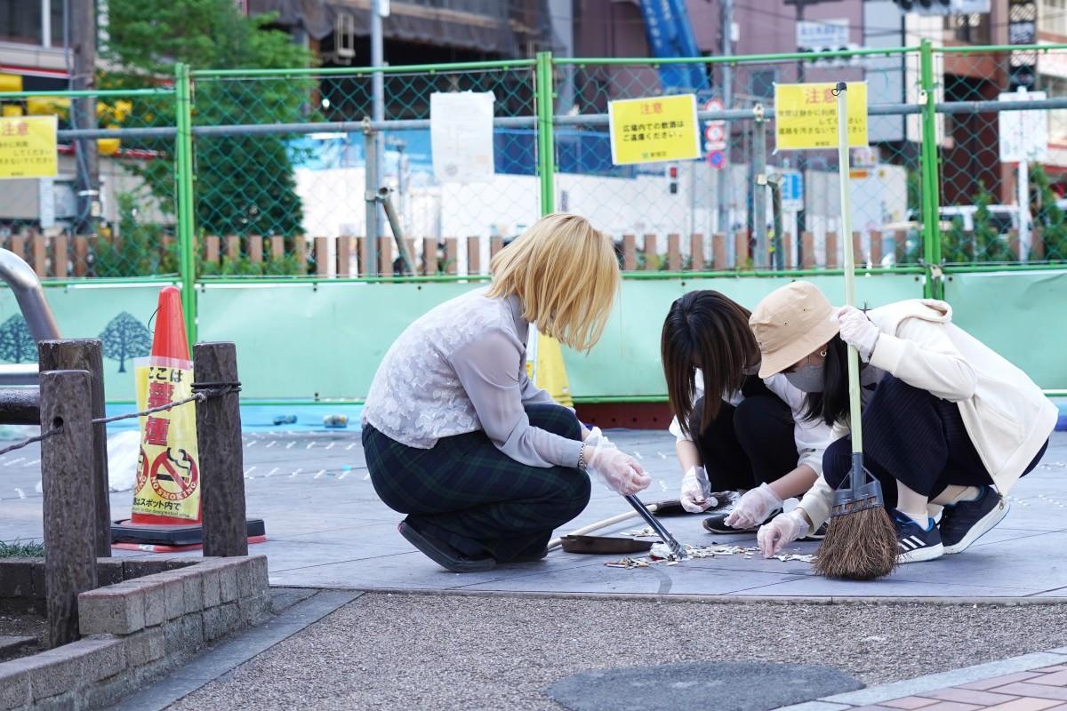 バリケードが設置されたロータリー広場でごみの仕分けを行う「早稲田大学 ロータリーの会」の皆さん