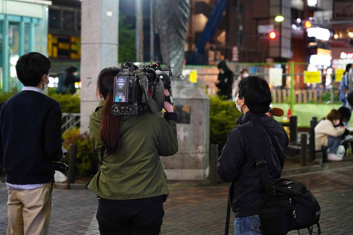 前回の緊急事態宣言の解除以降、高田馬場駅前ロータリー広場ではテレビの取材・撮影が増加している