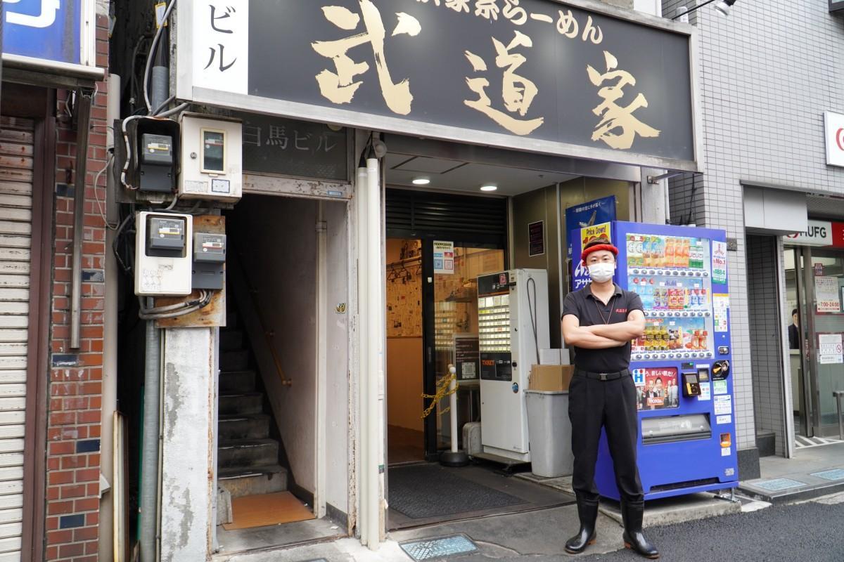 「武道家 早稲田本店」の店頭に立つ店主の滝坂滋晃さん