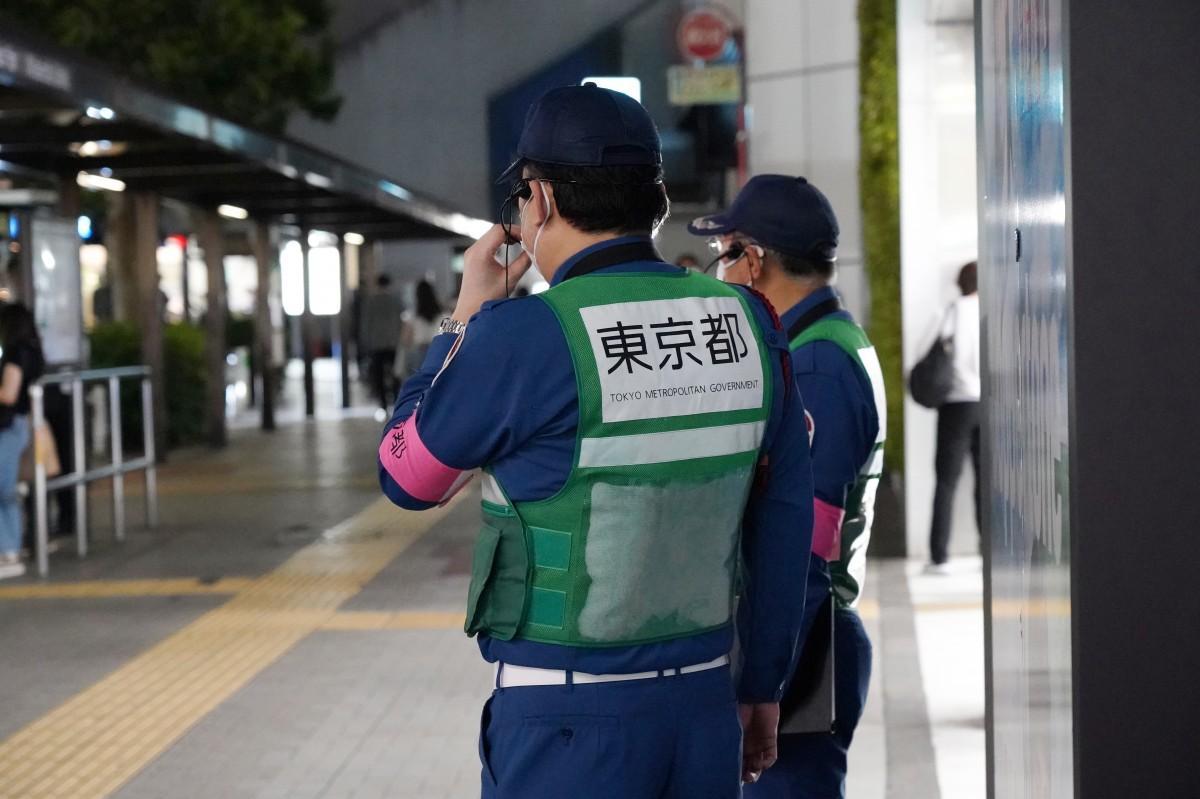 高田馬場駅前では東京都の安全ベストを着用した男性が外飲みの自粛を呼びかける姿も