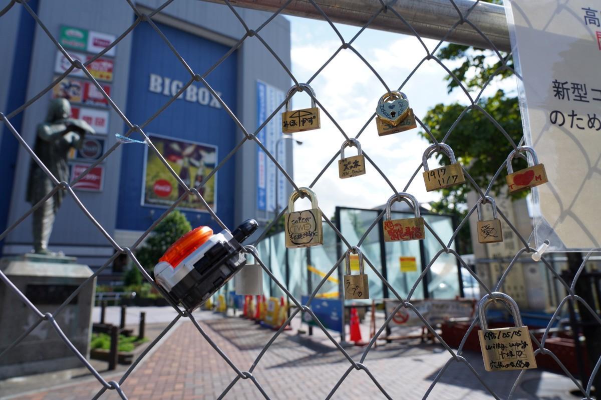 高田馬場駅前ロータリー広場の柵の金網に取り付けられた南京錠