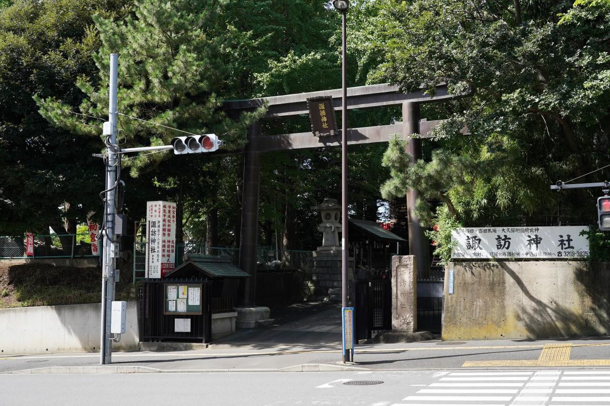 高田馬場の諏訪通りにある新宿諏訪神社の様子