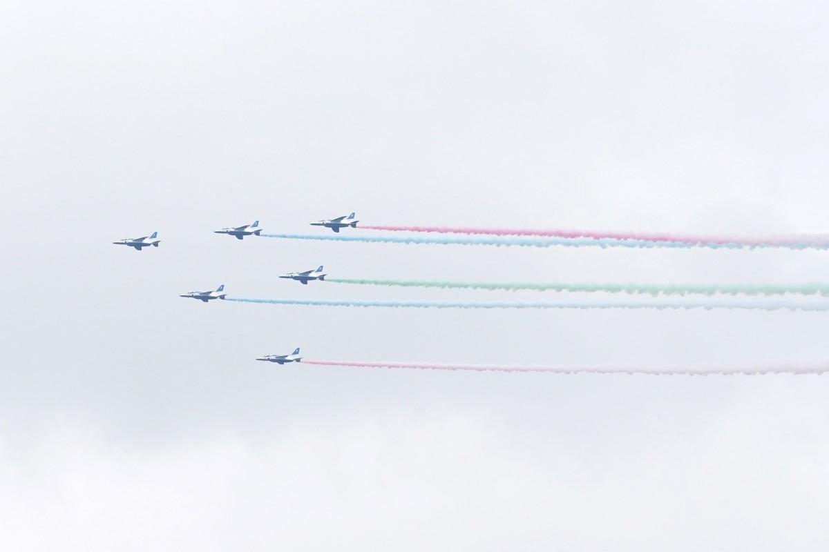 高田馬場付近から確認できた「ブルーインパルス」の展示飛行の様子