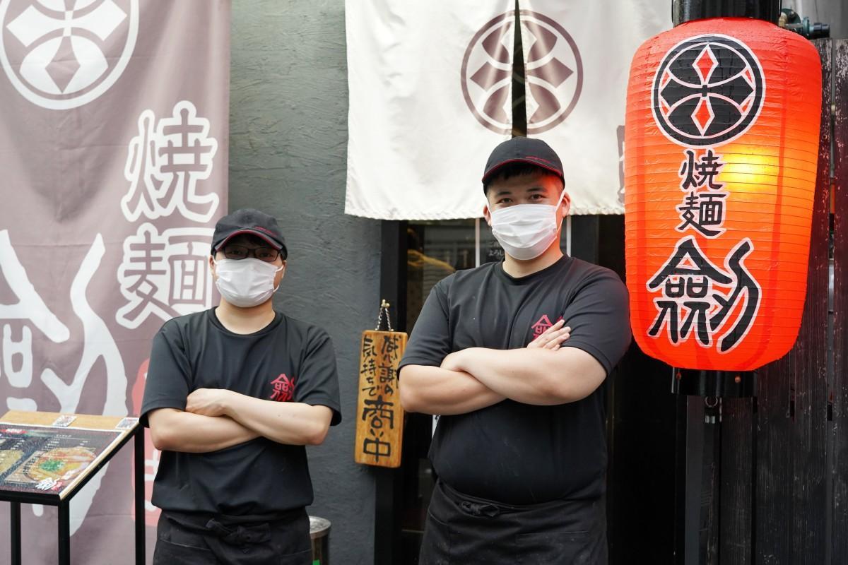 高田馬場のラーメン専門店「焼麺 劔」の皆さん(右が事業を引き継いだ浦澤雄基さん)