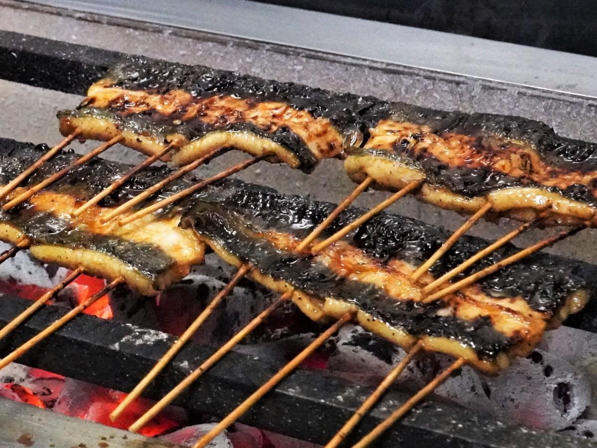うなぎとおでんの店「角家」の炭火で焼くウナギのかば焼き