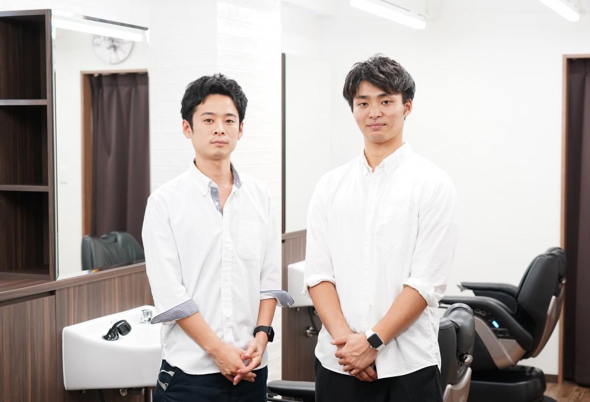西早稲田の理容室「DAN BRISE BARBER」のオーナースタイリストの野平直希さん(左、撮影のためマスクを外している)