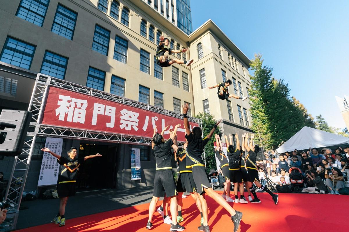 高田馬場経済新聞「稲門祭パレード」でパフォーマンスをする「早稲田大学男子チアリーディングチーム SHOCKERS」(昨年の様子)