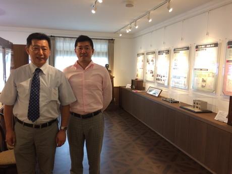 資料館を運営する高砂通運の堀田真弘社長(左)と堀田進慎専務(右)
