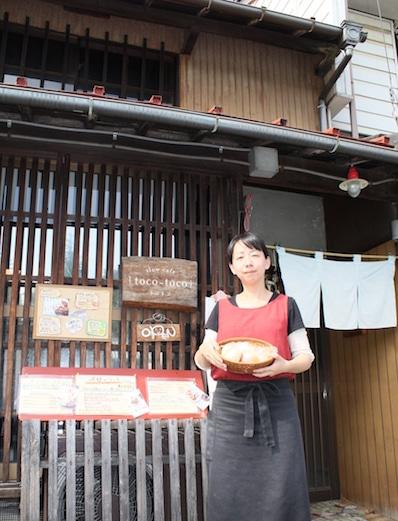 店の前でアピールする枡田倫子さん