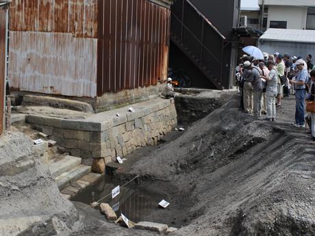 発掘調査で雁木や石垣が見つかった高砂町遺跡(南堀川)現地説明会の様子