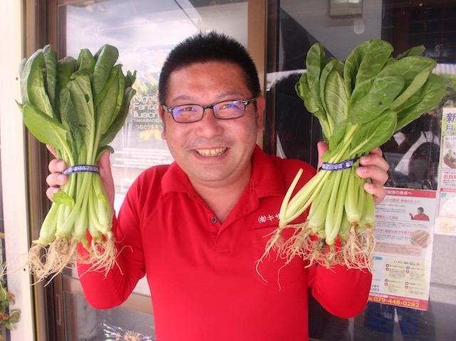 新鮮な野菜をPRする木澤さん