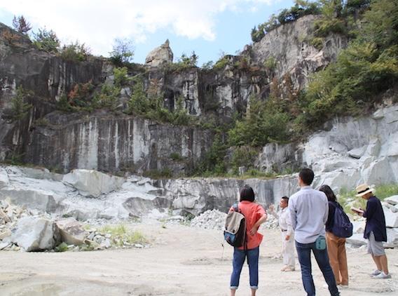 生石神社で石の宝殿を見学するツアー参加者