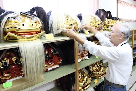 修復した獅子頭が並ぶ工房