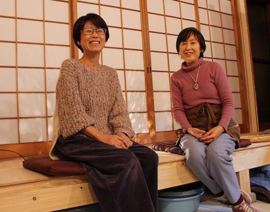 店主の金川圭美さん(左)とクリスタルボウル奏者の宮内えり子さん(右)