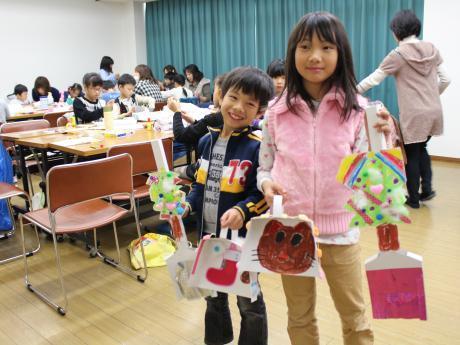 完成した作品を披露する参加者の藤岡泰河くん(左)と姉の七海さん(右)