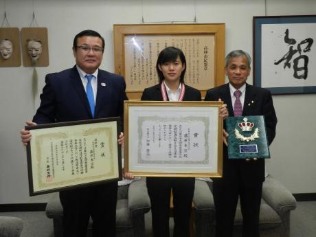 賞状を持つ藤原さんと荒井さんと登市長