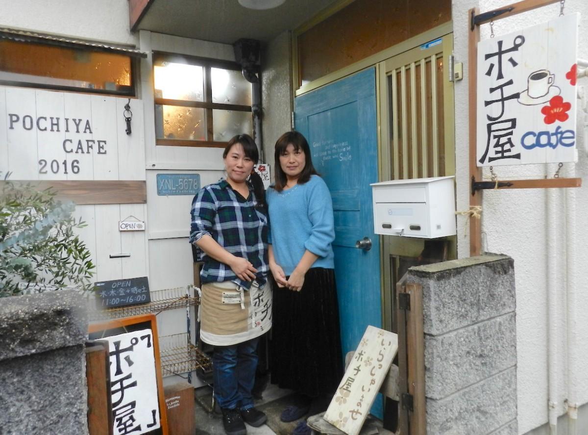 店主の田浦真子さん(左)と委託作家の喜多美穂さん(右)