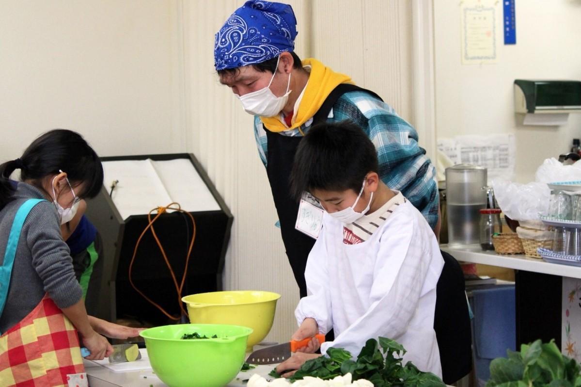 野菜を切る子どもたち